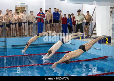 Omsk, Russia. 16th Dec, 2016. Participants in a swimming competition at the Omsk Cadet Corps. © Dmitry Feoktistov/TASS/Alamy - Stockfoto