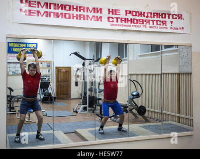 Omsk, Russia. 16th Dec, 2016. Cadets of the Omsk Cadet Corps working out in a gym. © Dmitry Feoktistov/TASS/Alamy - Stockfoto