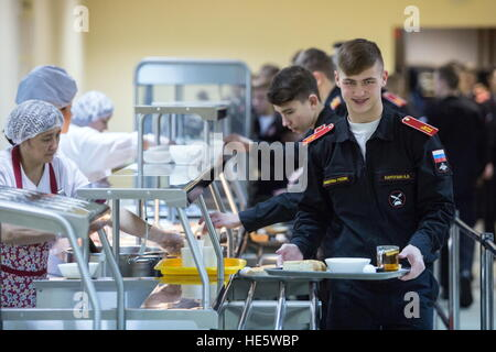 Omsk, Russia. 16th Dec, 2016. Cadets of the Omsk Cadet Corps in a canteen. © Dmitry Feoktistov/TASS/Alamy Live News - Stockfoto