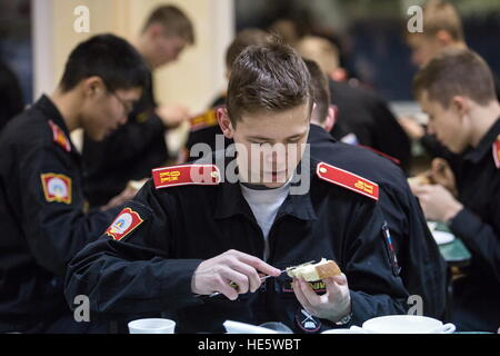Omsk, Russia. 16th Dec, 2016. A cadet of the Omsk Cadet Corps in a canteen. © Dmitry Feoktistov/TASS/Alamy Live - Stockfoto