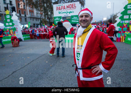 Madrid, Spain. 17th Dec, 2016. People dressed in Santa Claus costumes take part in a run in Madrid, Saturday, Dec. - Stock Photo