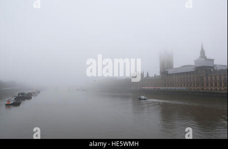 London, UK. 17th Dec, 2016. Photo taken on Dec. 17, 2016 shows the River Thames in fog in central London, Britain. - Stock Photo