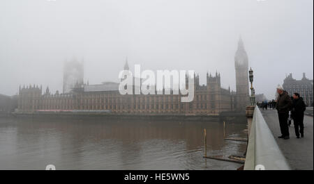 London, UK. 17th Dec, 2016. Photo taken on Dec. 17, 2016 shows the House of Parliament in fog in central London, - Stock Photo