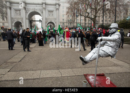 London, UK. 17th Dec, 2016. Street performers at the edge of the save Aleppo protest, Marble Arch - 17/12/2016 © - Stock Photo
