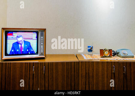Furniture in a typical, old fashioned Polish living room from the 1970s/1980s Soviet Communist era - Stockfoto