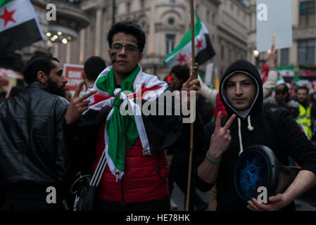 London, UK. 17th Dec, 2016. Thoushands of people march in solidarity with Aleppo's citizens in Central London, from - Stock Photo