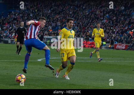 Madrid, Spain. 17th Dec, 2016. Bigas (R) block the shoot of Gameiro (L). Atletico de Madrid won by 1 to 0 over Las - Stock Photo