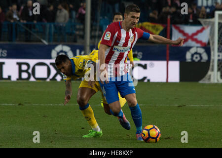 Madrid, Spain. 17th Dec, 2016. Gabi (R) try to evade Jonathan Viera (L). Atletico de Madrid won by 1 to 0 over Las - Stock Photo
