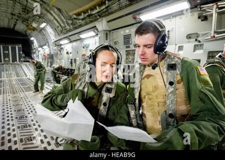 U.S. Air Force Capt. Kristin McGrath, flight nurse, and Staff Sgt. Matthew McDowell, aeromedical service journeymen, - Stockfoto