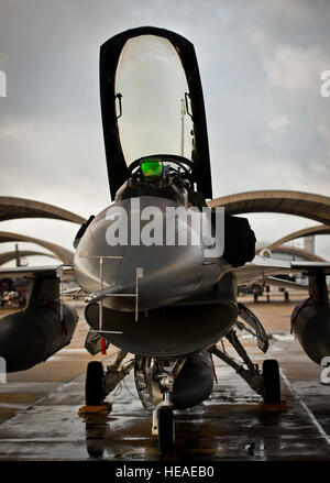 A 96th Test Wing F-16 Fighting Falcon pilot prepares his aircraft for a morning sortie at Eglin Air Force Base, - Stockfoto