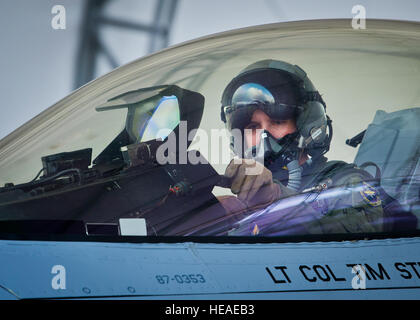 Capt. Jonathan Gilbert, a 40th Flight Test Squadron pilot, prepares his F-16 Fighting Falcon for a morning sortie - Stockfoto
