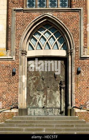 BRD, Deutschland, NRW, Heinsberg, vor der spätgotischen Stiftskirche St. Gangolf, (Selfkant-Dom), Westtor - Stock Photo