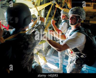 FORT BENNING, Ga., - U.S. Army Sgt. Aaron Eller and U.S. Army Staff Sgt. Alex Iungerich, instructors with the U.S. - Stockfoto