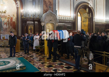 Moscow, Russia. 22nd Dec, 2016. Pallbearers carry the casket of slain Russian Ambassador to Turkey Andrei Karlov - Stock Photo