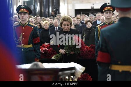 Moscow, Russia. 22nd Dec, 2016. Russian Federation Council Speaker Valentina Matviyenko pays her respects to Russian - Stock Photo