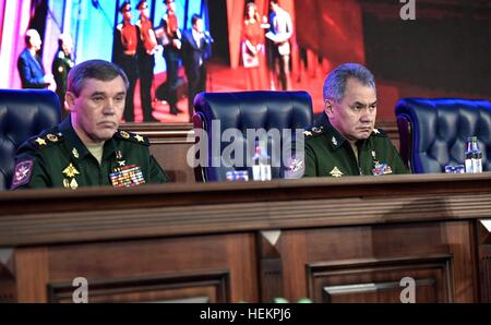 Moscow, Russia. 22nd Dec, 2016. Russian Chief of Staff of the Armed Forces General Valery Gerasimov, left, and Defense - Stock Photo
