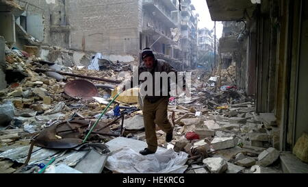 Aleppo, Syria. 23rd Dec, 2016. A civilian in the neighborhood of Karm al-Miasar in the eastern part of Aleppo. Russia's - Stockfoto