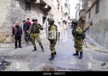 Aleppo, Syria. 23rd Dec, 2016. Sappers of the Russian Armed Forces search and clear mines in a street of eastern - Stockfoto
