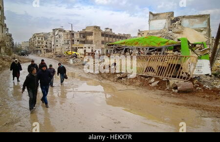 Aleppo, Syria. 23rd Dec, 2016. Local people walk in a street of eastern Aleppo. © Timur Abdullayev/News Team/TASS/Alamy - Stockfoto