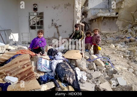Aleppo, Syria. 23rd Dec, 2016. Children seen in a street of eastern Aleppo. © Timur Abdullayev/News Team/TASS/Alamy - Stockfoto