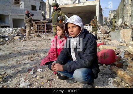 Aleppo, Syria. 23rd Dec, 2016. Children seen in a street of eastern Aleppo, where sappers of the Russian Armed Forces - Stockfoto