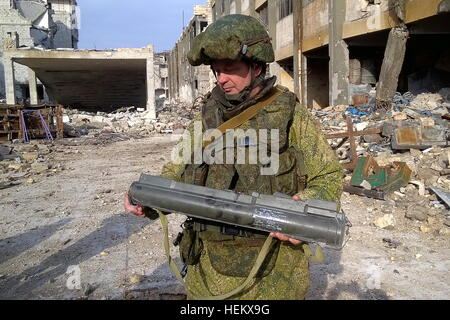 Aleppo, Syria. 23rd Dec, 2016. A Russian sapper during an operation to search and clear mines in a street of eastern - Stockfoto