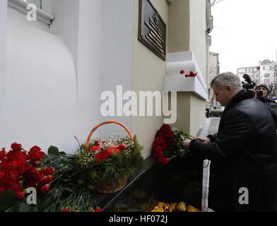 Moscow, Russia 25th Dec, 2016 Alexander Kibovsky, head of Moscow's Department of Culture, lays flowers at the Alexandrov - Stock Photo
