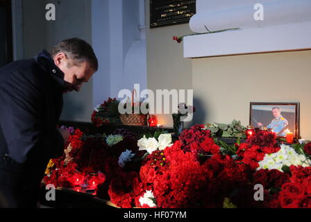 Moscow, Russia. 25th Dec, 2016. A man lays flowers at the Alexandrov Hall, a rehearsal room of the Alexandrov Ensemble, - Stock Photo