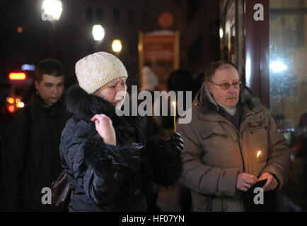 Moscow, Russia. 25th Dec, 2016. People pay tribute to the victims of a Russian Defense Ministry plane crash, outside - Stock Photo