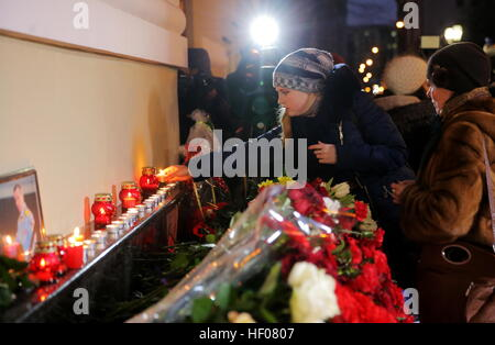 Moscow, Russia. 25th Dec, 2016. People lay flowers at the Alexandrov Hall, a rehearsal room of the Alexandrov Ensemble, - Stock Photo