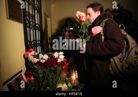 Moscow, Russia. 25th Dec, 2016. Flowers in memory of the victims of a Russian Defense Ministry plane crash outside - Stock Photo