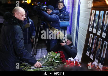 Moscow, Russia. 25th Dec, 2016. Kremlin First Deputy Chief of Staff Alexei Gromov (L) lays flowers at the Ostankino - Stock Photo