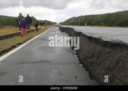 Chiloe province, Chile. 25th December, 2016. Photo taken on Dec. 25, 2016 shows a road damaged by an earthquake - Stock Photo