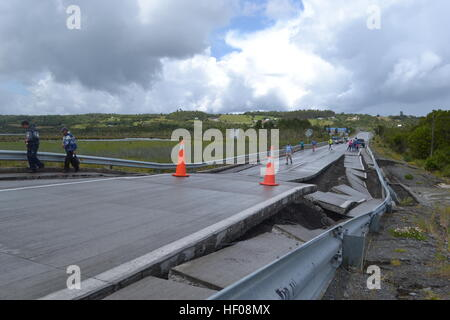 Chiloe province, Chile. 25th December, 2016. People walk on Highway 5 after an earthquake in Chiloe province, Chile, - Stock Photo