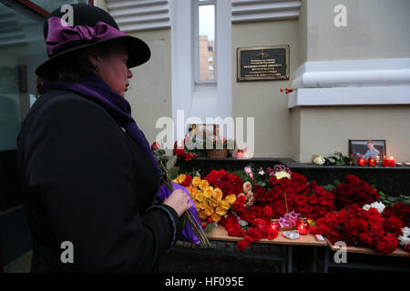 Moscow, Russia. 25th December, 2016. People lay flowers at the Alexandrov Hall, a rehearsal room of the Alexandrov - Stock Photo