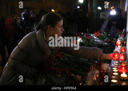 Moscow, Russia. 25th December, 2016. People lays candles near Alexandrov Hall, a rehearsal room of the Alexandrov - Stock Photo