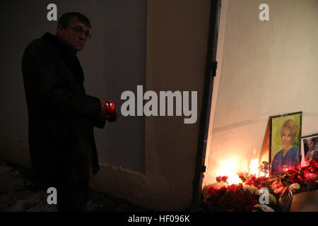 Moscow, Russia. 25th December, 2016. Candles and flowers in memory of the victims of a Russian Defense Ministry - Stock Photo