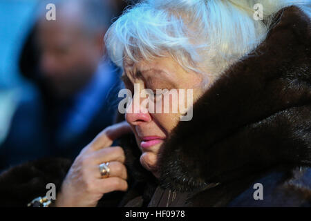 Moscow, Russia. 25th December, 2016. Crying people near Alexandrov Hall, a rehearsal room of the Alexandrov Ensemble, - Stock Photo