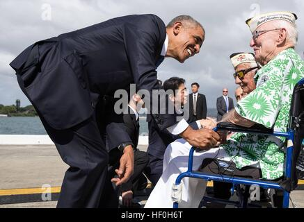 Pearl Harbour, Hawaii. 27th Dec, 2016. U.S President Barack Obama and Japanese Prime Minister Shinzo Abe greet Pearl - Stock Photo