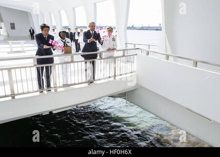 Pearl Harbour, Hawaii. 27th Dec, 2016. U.S President Barack Obama and Japanese Prime Minister Shinzo Abe toss flower - Stock Photo