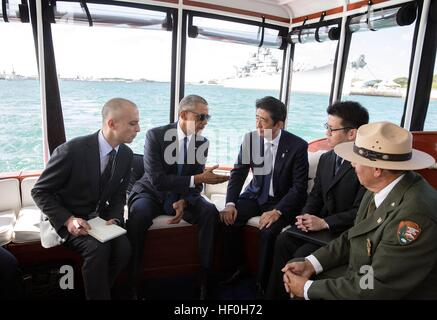 Pearl Harbour, Hawaii. 27th Dec, 2016. U.S President Barack Obama and Japanese Prime Minister Shinzo Abe travel - Stock Photo