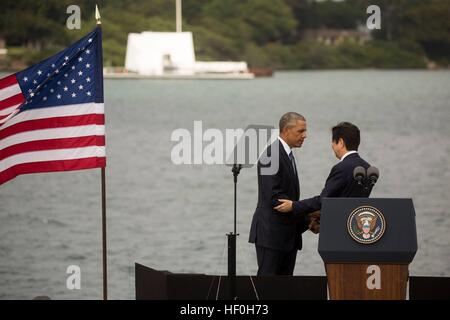 Pearl Harbour, Hawaii. 27th Dec, 2016. U.S President Barack Obama and Japanese Prime Minister Shinzo Abe after delivering - Stock Photo