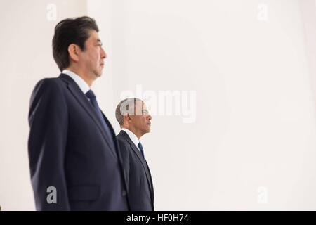 Pearl Harbour, Hawaii. 27th Dec, 2016. U.S President Barack Obama and Japanese Prime Minister Shinzo Abe pause for - Stock Photo