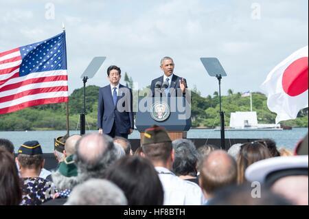 Pearl Harbour, Hawaii. 27th Dec, 2016. U.S President Barack Obama and Japanese Prime Minister Shinzo Abe deliver - Stockfoto