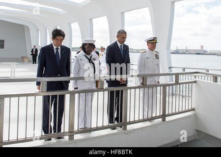 Pearl Harbour, Hawaii. 27th Dec, 2016. U.S President Barack Obama and Japanese Prime Minister Shinzo Abe join Yeoman - Stock Photo