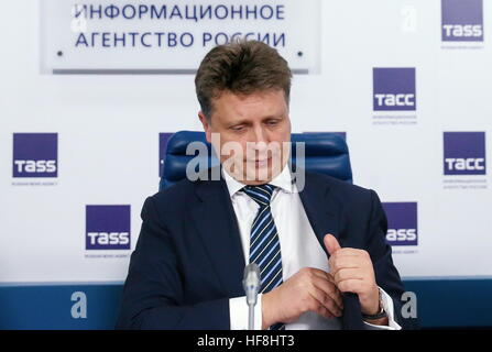 Moscow, Russia. 29th Dec, 2016. Russia's Transport Minister Maxim Sokolov reaches into his pocket after a press - Stock Photo