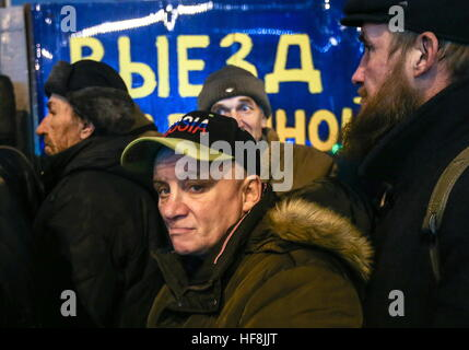 Moscow, Russia. 29th Dec, 2016. Homeless people queue to receive food handed out by employees of the Spravedlivaya - Stock Photo