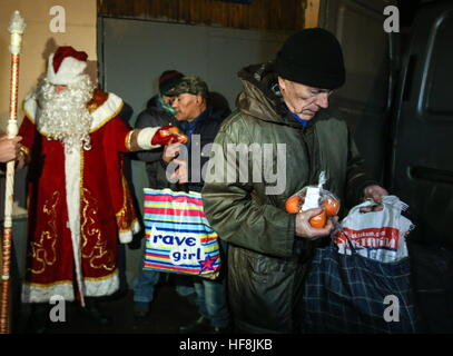 Moscow, Russia. 29th Dec, 2016. Homeless people seen after receiving food handed out by employees of the Spravedlivaya - Stock Photo