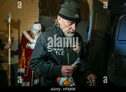 Moscow, Russia. 29th Dec, 2016. A homeless man seen after receiving food handed out by employees of the Spravedlivaya - Stock Photo