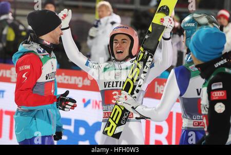 Oberstdorf, Germany. 30th Dec, 2016. Austrian ski jumpers Manuel Fettner (l) and Stefan Kraft (M) celebrating after - Stockfoto